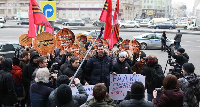 Антимайдан «угостил» печеньками Радио Свобода