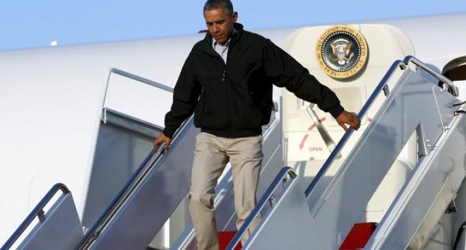 Барак Обама чуть не упал с трапа самолета.