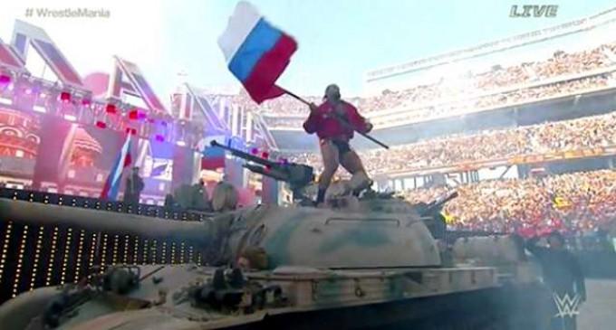 Рестлер приехал на турнир в Калифорнии на танке под российский гимн
