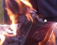 Паспорт гражданина Латвии и ЕС в протестном огне