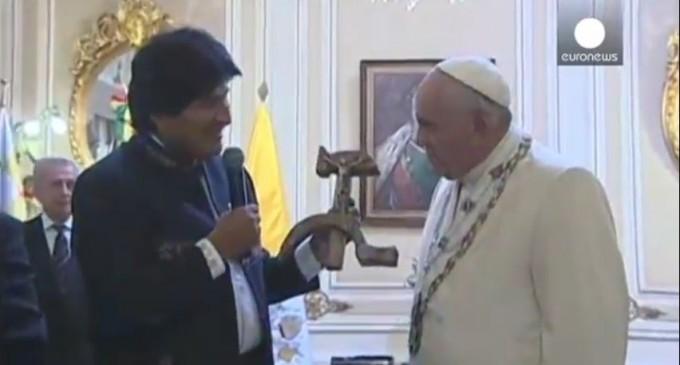 Президент Боливии подарил папе римскому распятие на «Серпе и молоте»