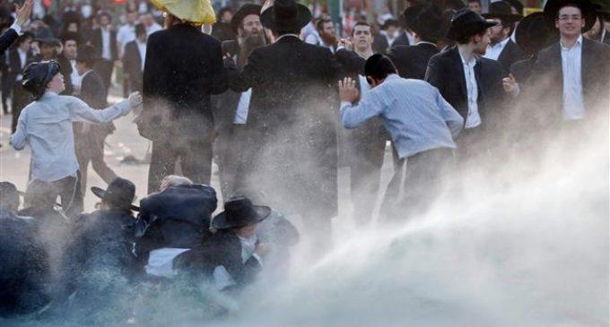 Israel uses stun grenade against draft protesters