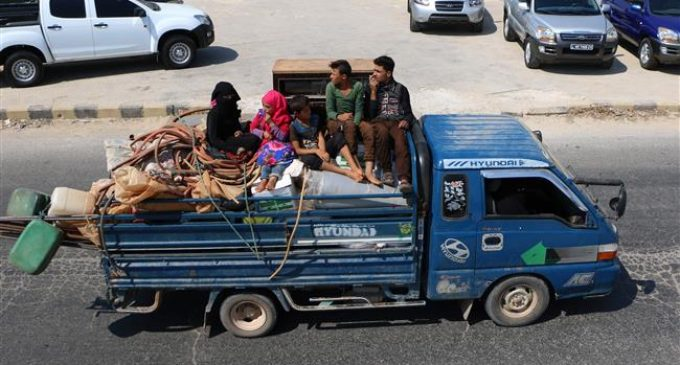 Hundreds of families flee Idlib as airstrikes resume