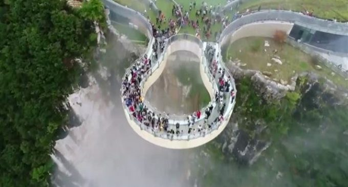 Glass-bottomed bridge in southwest China offers breathtaking special effects
