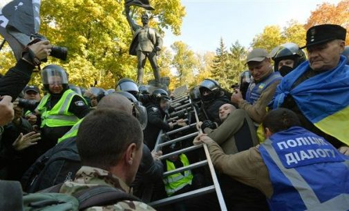 Ukraine nationalists try to tear down Soviet statues