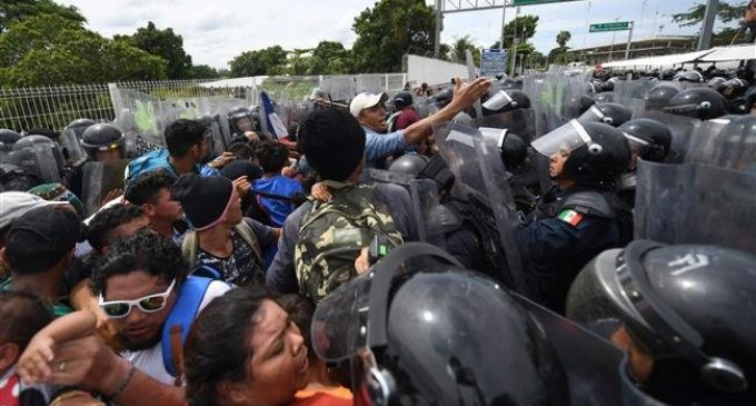 1000 of US-bound Honduran migrants storm Guatemala border into Mexico