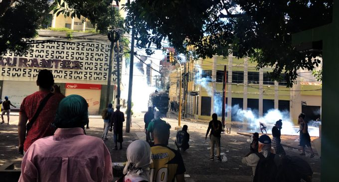 To Flee or Not to Flee? In Honduras, A Child Braves Tear Gas to Sell Vinegar Bags