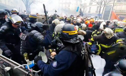 France: Riot Police Beat up Striking Firefighters as Media Looks the Other Way
