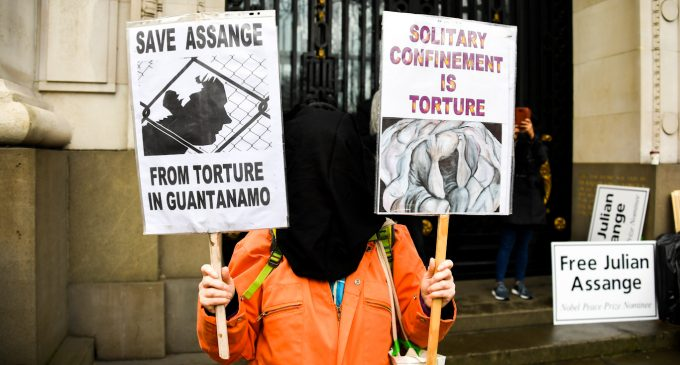"""Doctors """"Strongly Condemn"""" UK Decision to Keep Assange Imprisoned During COVID-19 Pandemic"""
